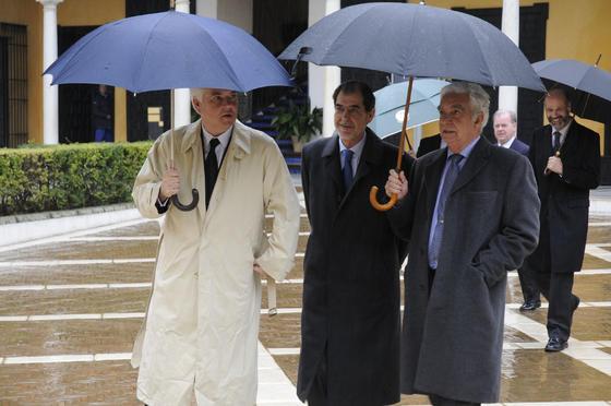 Alfonso Guajardo-Fajardo, teniente de Hermano Mayor de la Real Maestranza, a la izquierda.  Foto: Juan Carlos Vázquez