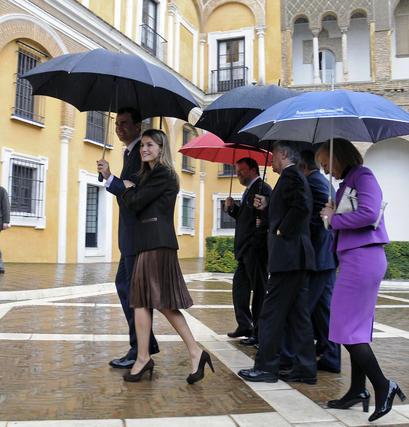 Sus Altezas Reales sonríen mientras se dirigen al acto de presentación.  Foto: Juan Carlos Vázquez