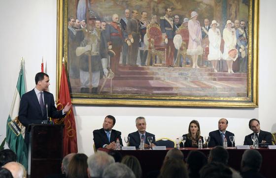 Don Felipe se dirige a la mesa durante su intervención en el acto.  Foto: Juan Carlos Vázquez