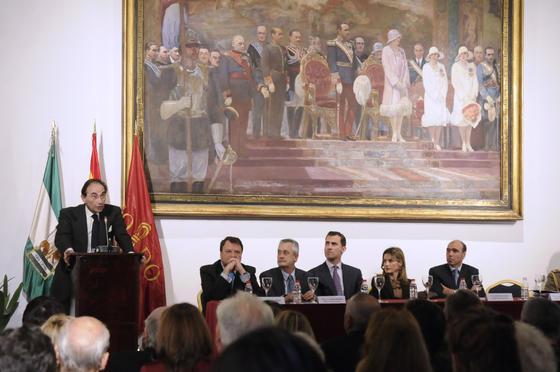 Emilio Lamo de Espinosa, catedrático de Sociología de la Complutense, habla bajo la atenta mirada de Los Príncipes de Asturias.  Foto: Juan Carlos Vázquez