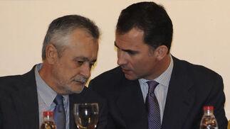 Don Felipe habla a José Antonio Griñán, presidente de la Junta, que le escucha atentamente.  Foto: Juan Carlos Vázquez
