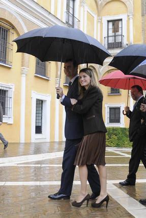 Doña Letizia sonríe mientras toma el brazo de Don Felipe.  Foto: Juan Carlos Vázquez