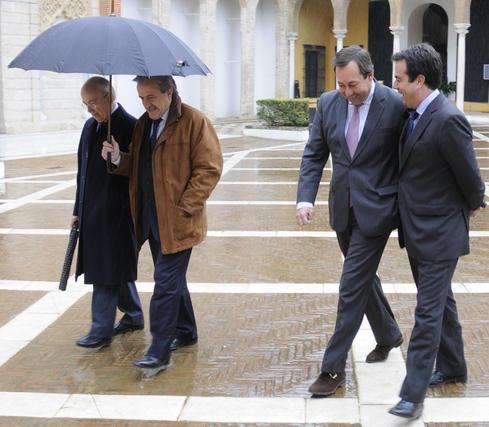 Manuel del Valle, ex alcalde de Sevilla, y Rafael Camacho, ex director general de RTVA, a la izquierda.  Foto: Juan Carlos Vázquez