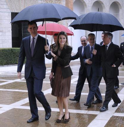Los Príncipes de Asturias atienden amablemente a los fotógrafos al entrar en el Alcázar.  Foto: Juan Carlos Vázquez