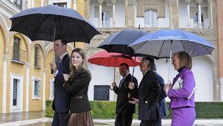 Los Príncipes de Asturias entran en el Alcázar de Sevilla acompañados por el presidente de la Junta de Andalucía, José Antonio Griñán; el alcalde de Sevilla, Alfredo Sánchez Monteseirín; el delegado del Gobierno en Andalucía, Juan José López Garzón; y la presidenta del Parlamento, Fuensanta Coves.  Foto: Juan Carlos Vázquez