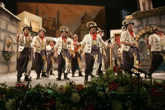 Imágenes de la comparsa de Jesús Bienvenido, 'Los santos', ganador del primer premio en el COAG 2010  Foto: Jesus Marin/Lourdes de Vicente