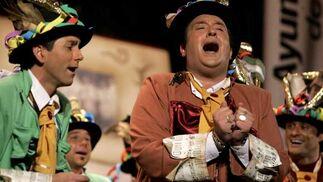 Imágenes de la actuación de la comparsa 'Medio siglo'  Foto: Jesus Marin/Lourdes de Vicente