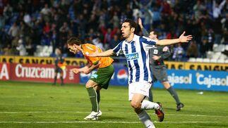 Emilio Sánchez celebra el gol recreativista. /Alberto Domínguez