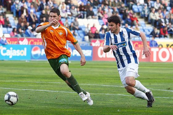 Melli corre para cortar un balón. / Alberto Domínguez