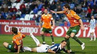 Un jugador del Recreativo cae en el área verdiblanca. / Alberto Domínguez
