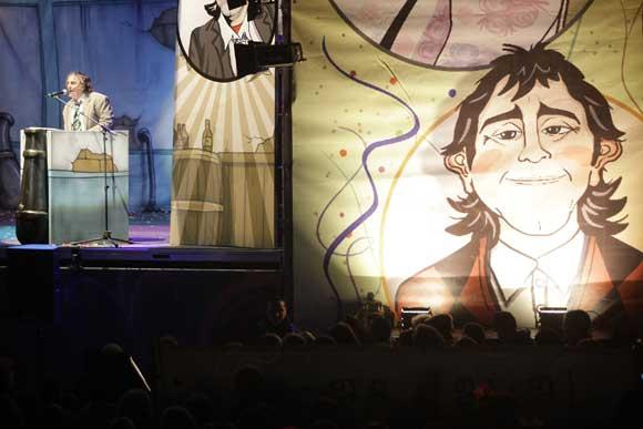 La plaza de San Antonio fue testigo de la proclama del Selu, que se metió en el papel de sus más laureados personajes  Foto: Jesus Marin