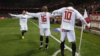 Adriano, Capel y Luis Fabiano celebran el único tanto del encuentro. / Reuters