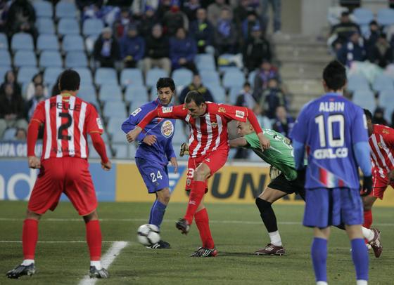 Soriano empuja la pelota a puerta vacía tras el fallo del portero del Getafe Codina. / Javier Alonso