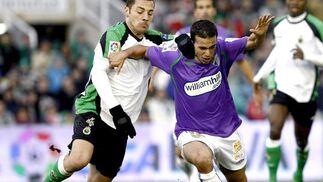 El Málaga logra los tres puntos holgadamente en el campo del ex equipo de su entrenador. / EFE