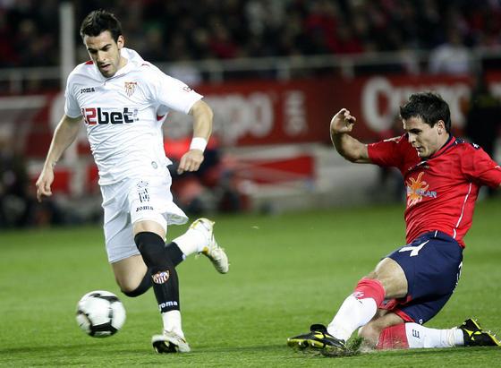 Negredo se marcha de un defensa de Osasuna. / Antonio Pizarro
