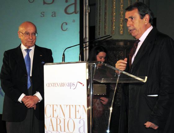 Juan Teba, vicepresidente de la APS, presenta al nuevo socio de honor de la entidad, Manuel Clavero Arévalo, presidente del Consejo Editorial del Grupo Joly.  Foto: Victoria Ramírez