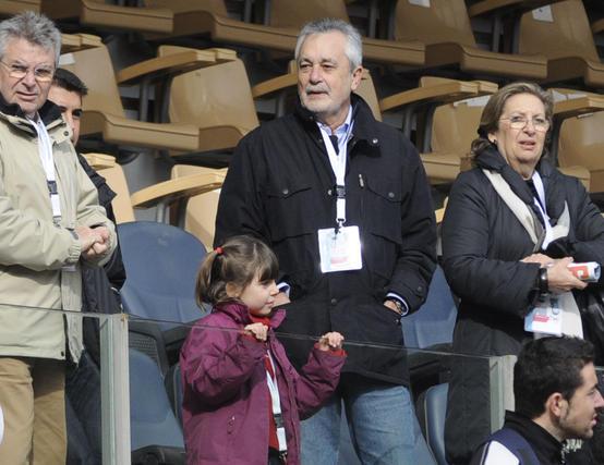 El presidente de la Junta de Andalucía, José Antonio Griñán, en la grada del Estadio Olímpico. / Juan Carlos Vázquez