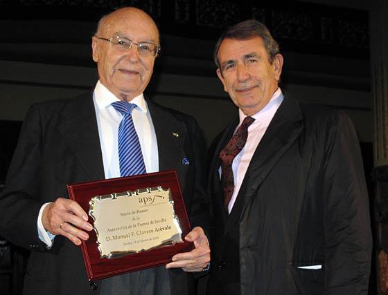 Manuel Clavero Arévalo, nuevo socio de honor de la APS, con el vicepresidente de ésta, Juan Teba.  Foto: Victoria Ramírez
