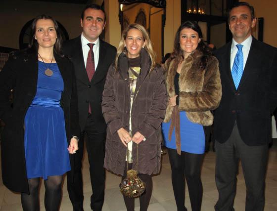 Los periodistas María Jesús de la Puerta y Javier Azcárate, con Ana Millán, Esther Cabello y Gabriel Dronda, de Coca-Cola.  Foto: Victoria Ramírez