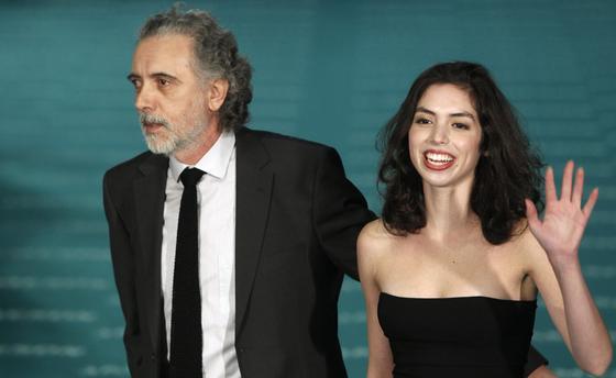 El director Fernando Trueba y la actriz Miranda Bodenhofer, de 'El baile de la Victoria'. / EFE · AFP Photo · Reuters