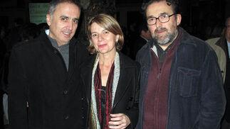 Los periodistas Francisco Murillo (TVE) y Antonio Manfredi, director de Internet de Canal Sur, con Ana Ferrand, directora del Casino de la Exposición.  Foto: Victoria Ramírez