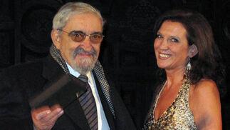 El periodista, escritor y crítico teatral Julio Martínez Velasco, comisario de los actos del centenario de la APS, recibió una distinción por parte de su presidenta, Nani Carvajal.  Foto: Victoria Ramírez
