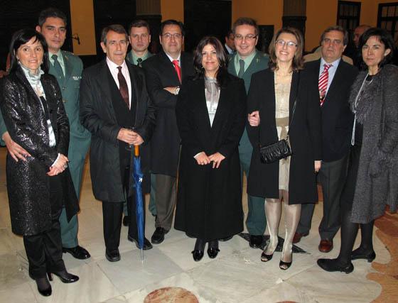 Miembros de la Guardia Civil, distinguida con una mención especial, con sus esposas y Juan Teba, vicepresidente de la APS.  Foto: Victoria Ramírez