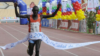 El keniano Phillip Biwot llega el primero a la meta. / Juan Carlos Vázquez