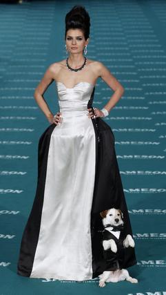 La modelo María Reyes, a juego con su perro. / EFE · AFP Photo · Reuters