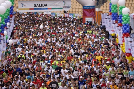4.161 corredores han participado en el XXVI Maratón Ciudad de Sevilla 2010 Gran Premio de Andalucía, que ha acabado ganando el keniano Phillip Biwot. / Juan Carlos Vázquez