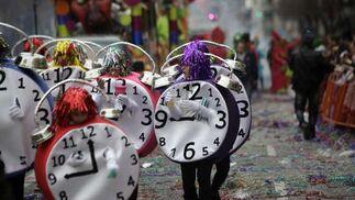 La amenaza de lluvia favorece que el desfile esté presidido por la desorganización y que genere el estupor en las personas que lo siguieron en la calle  Foto: Jesus Marin