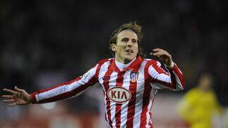 Forlán celebra el primer gol del Atlético. / AFP Photo