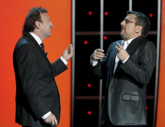 El presentador Andreu Buenafuente bromea con el actor argentino Eduardo Blanco. / Efe