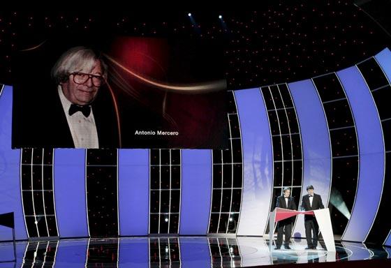 Los hijos del director de cine, televisión y teatro, Antonio Mercero, agradecen el Goya de Honor concedido a su padre. / Efe