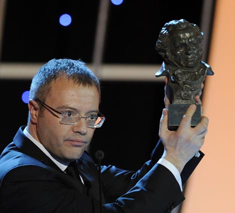 Daniel Monzón, alza su Goya al mejor director por 'Celda 211'. / AFP Photo