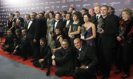 Foto de familia de los galardonados. / Efe