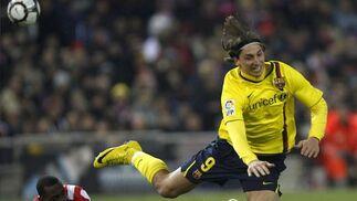 Ibrahimovic cae ante Perea. / Reuters