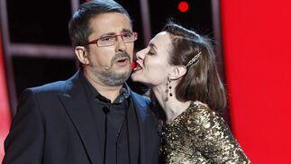 Natalia Verbeke besa a Andreu Buenafuenta. / Reuters