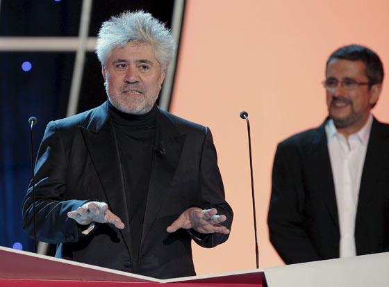 El director Pedro Almodóvar se dispone a entregar el galardón a la Mejor Película. / Efe