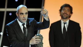 Luis Tosar recibe de manos de Javier Bardem el Goya al mejor actor por 'Celda 211'. / AFP PHOTO