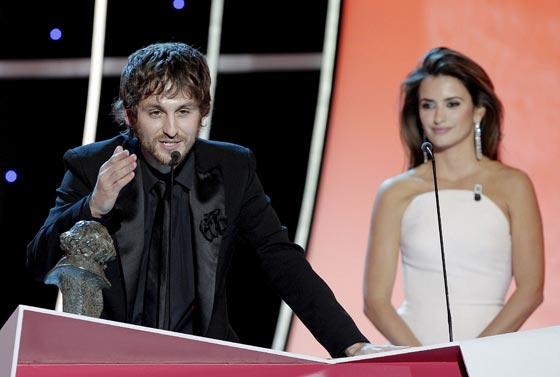 El actor Raúl Arévalo se dirige al público tras recibir el Goya como mejor actor secundario, que le fue entregado por Penélope Cruz. / EFE