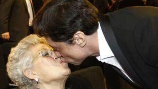 El actor Carlos Bardem besa a su madre, Pilar Bardem. / REUTERS