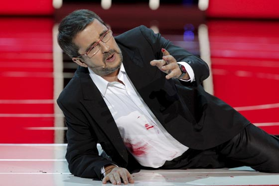 El presentador Andreu Buenafuente recibe un disparo ficticio que, presuntamente, le impedirá presentar la gala del próximo año. / Efe