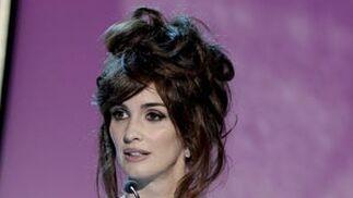La actriz sevillana Paz Vega entrega el premio a los mejores efectos especiales. / Efe