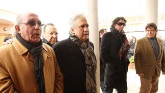 """Fernando de la Morena, Paco Cepero, Chiquetete y """"Curro"""" de """"Navajita Plateá"""" acceden al templo.   Foto: Juan Carlos Toro"""