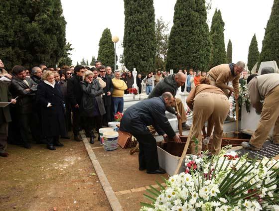 Momento en el que se procede a la inhumación del artista.   Foto: Juan Carlos Toro