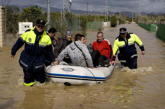 Rescate en balsa por en Alhaurín de la Torre.  Foto: Migue Fernández, Sergio Camacho, Agencias