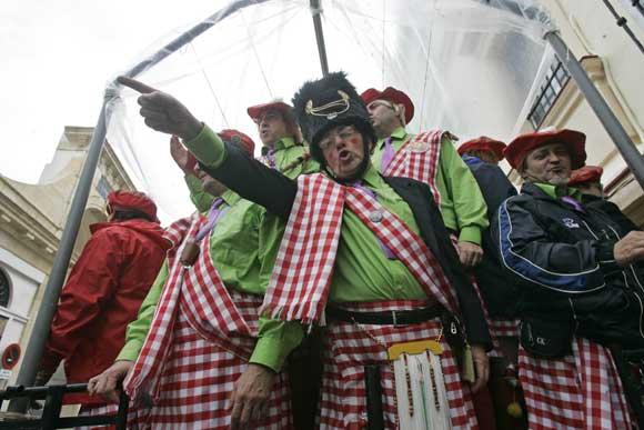 Gaditanos y foráneos se resisten a perderse uno de los días grandes del Carnaval y buscan en los refugios a las agrupaciones ilegales  Foto: Lourdes de Vicente-Julio Gonzalez