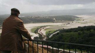 El desbordamiento del río Guadalete a su paso por Jerez ha obligado al desalojo de cinco familias de las barriadas de Las Pachecas y La Greduela. En Chiclana, la localidad más afectada el lunes por las lluvias torrenciales, continuaban un día después inundadas varias casas.  Foto: Juan Carlos Toro/Paco Guerrero