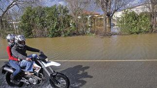 La carretera quedó totalmente cubierta por el agua.  Foto: Juan Carlos Vázquez